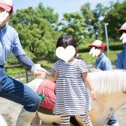 お姉さんに連れられてお馬に乗りますよ