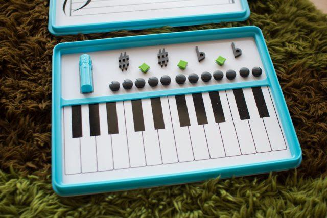 マグネットは楽譜の読み方をゲーム感覚で覚えるために使うみたい!